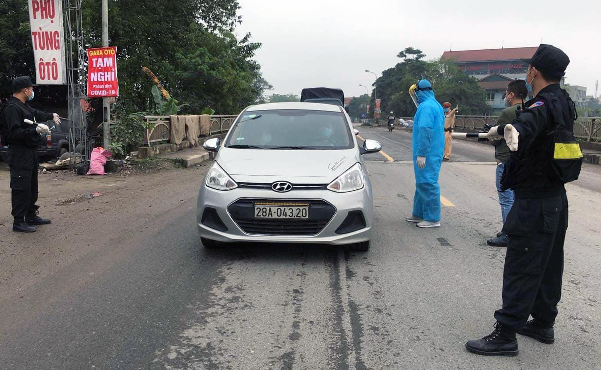 Chốt kiểm soát, giám sát cách li xã hội ở cửa ngõ Thủ đô Hà Nội hoạt động thế nào? - Ảnh 7.