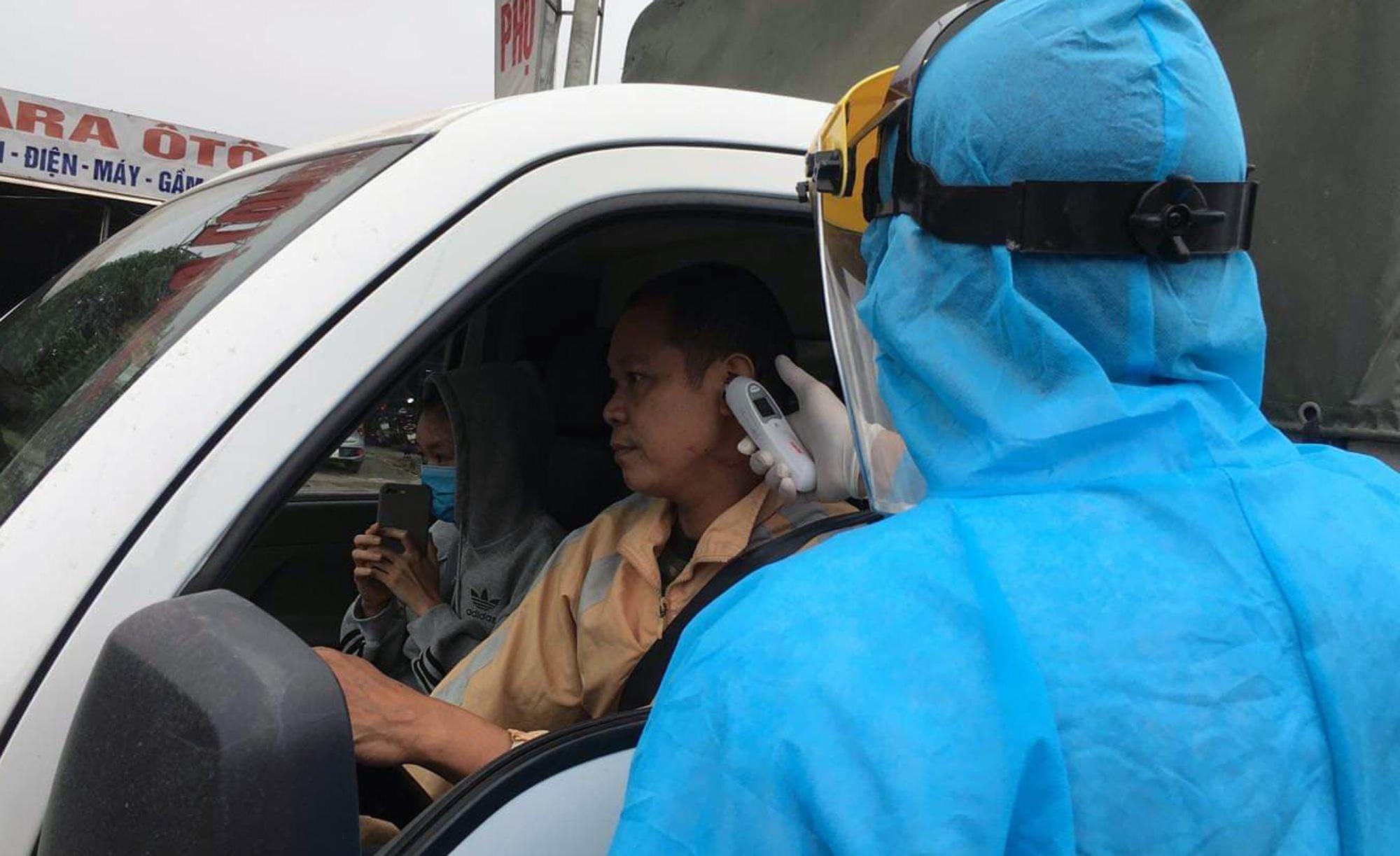 Chốt kiểm soát, giám sát cách li xã hội ở cửa ngõ Thủ đô Hà Nội hoạt động thế nào? - Ảnh 9.