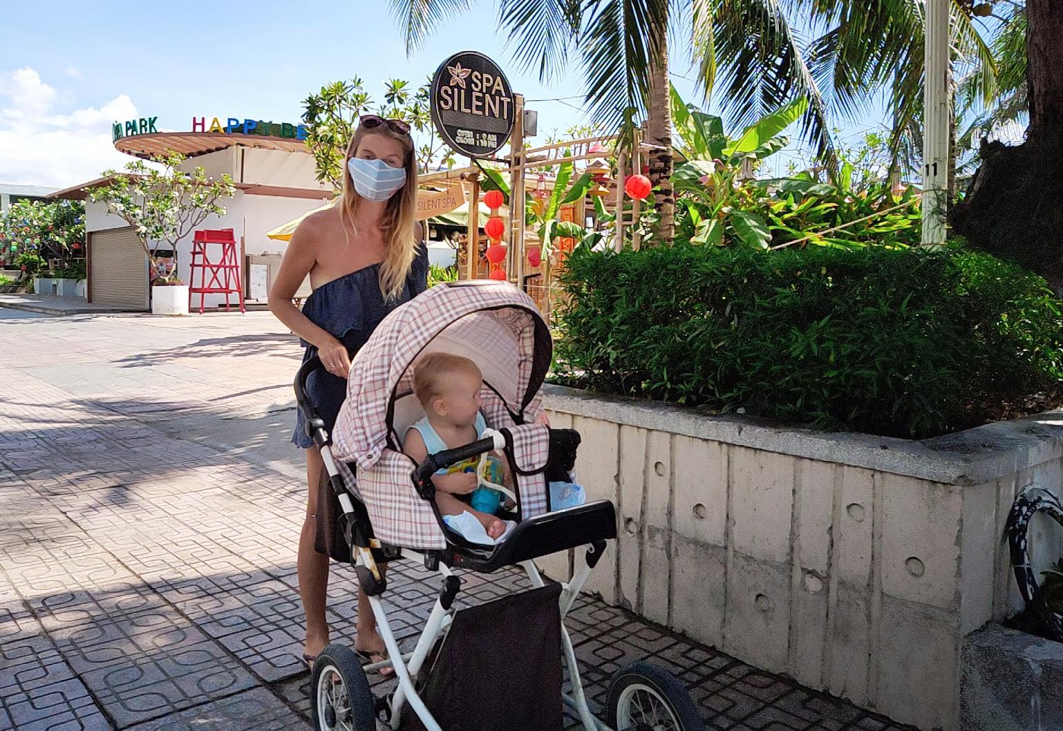 Du khách đeo khẩu trang tập luyện thể thao khi Nha Trang tạm ngừng tắm biển và đóng cửa các điểm vui chơi - Ảnh 7.