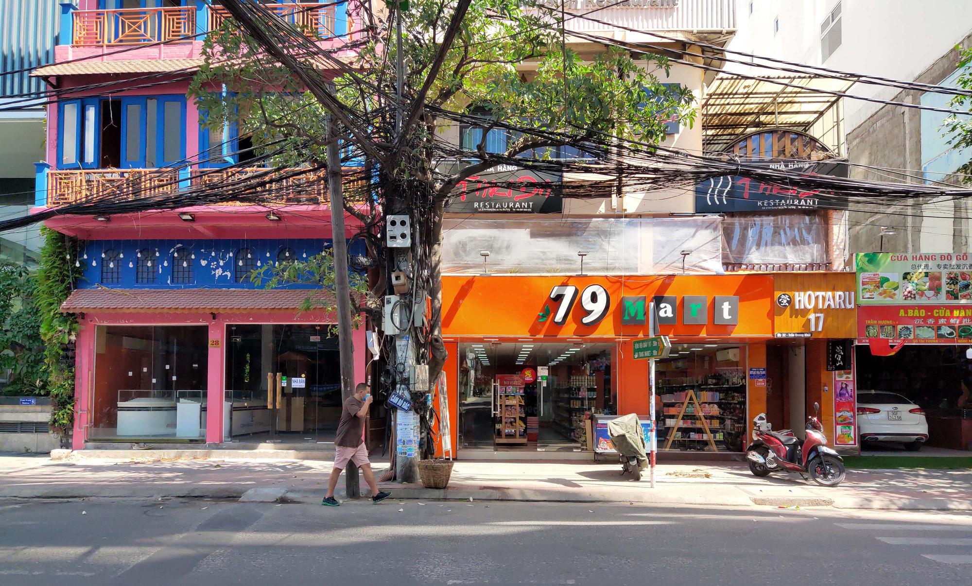 Du khách đeo khẩu trang tập luyện thể thao khi Nha Trang tạm ngừng tắm biển và đóng cửa các điểm vui chơi - Ảnh 3.