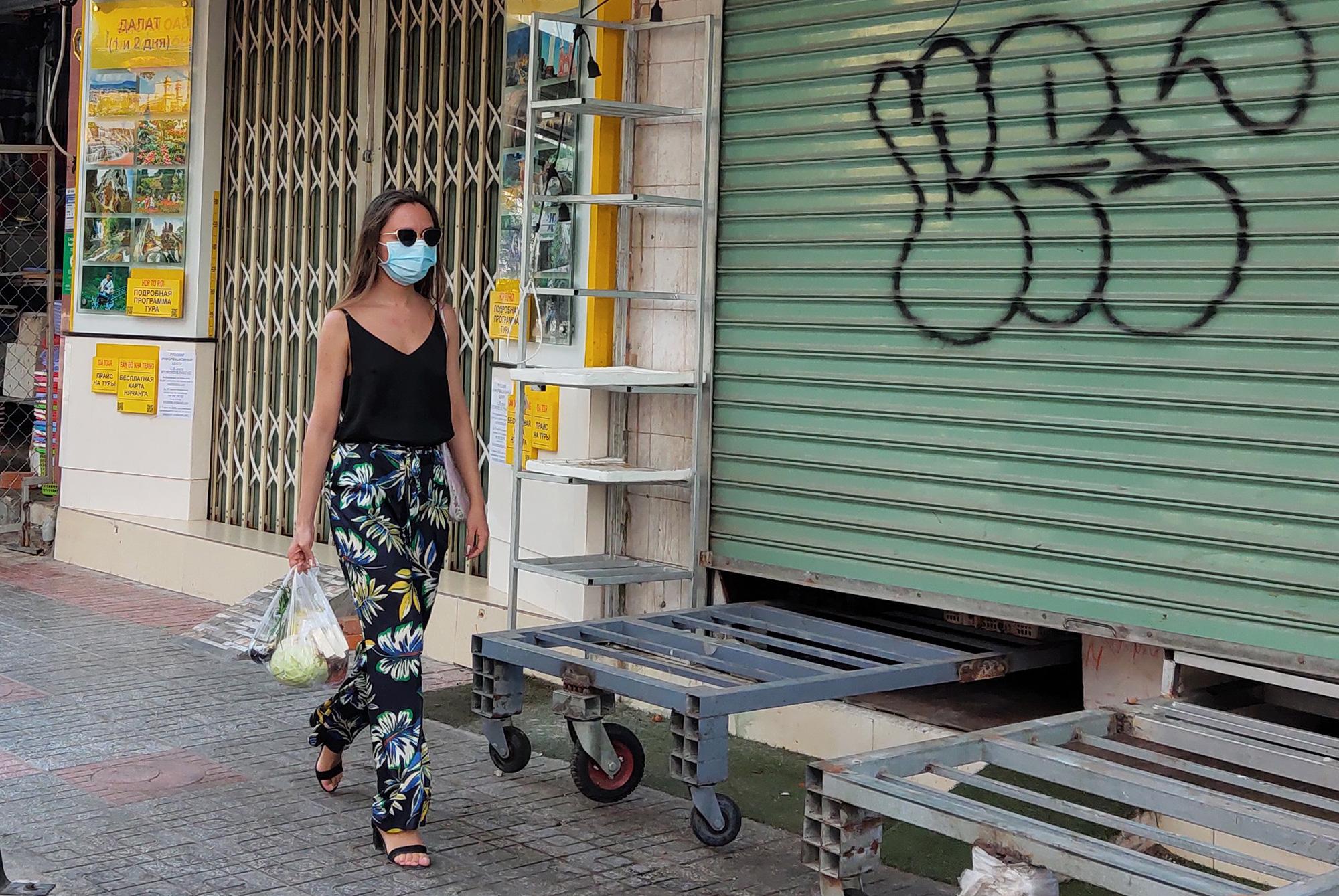 Du khách đeo khẩu trang tập luyện thể thao khi Nha Trang tạm ngừng tắm biển và đóng cửa các điểm vui chơi - Ảnh 10.