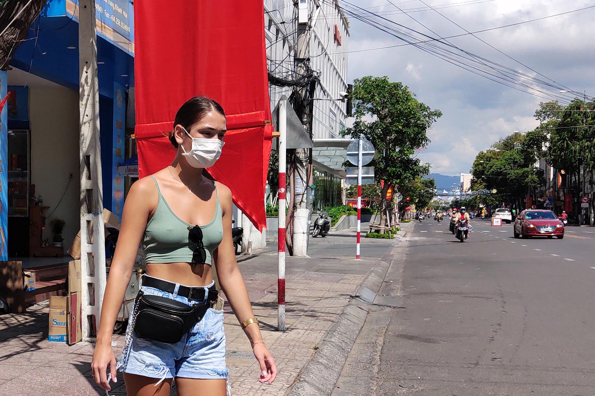 Du khách đeo khẩu trang tập luyện thể thao khi Nha Trang tạm ngừng tắm biển và đóng cửa các điểm vui chơi - Ảnh 9.
