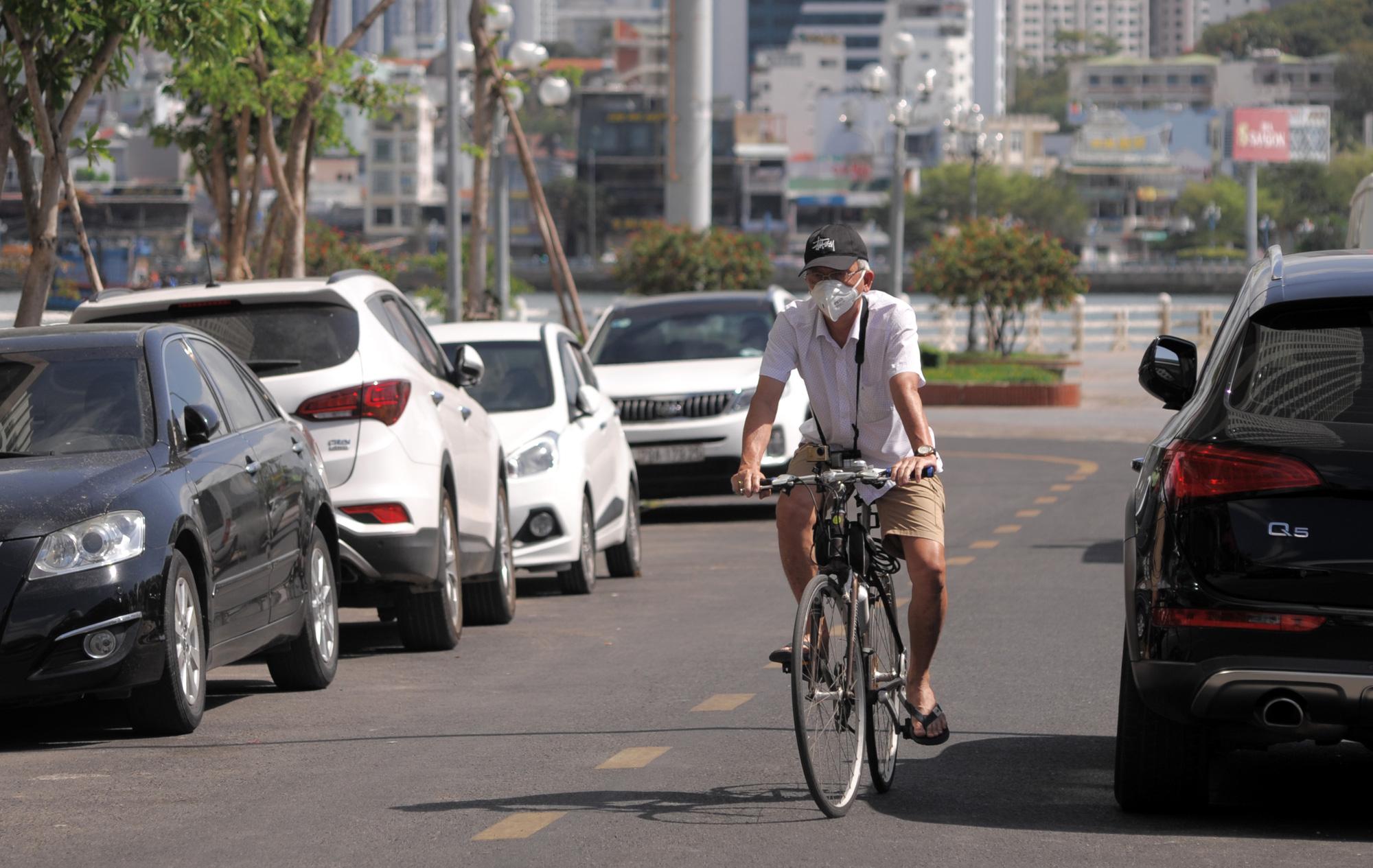 Du khách đeo khẩu trang tập luyện thể thao khi Nha Trang tạm ngừng tắm biển và đóng cửa các điểm vui chơi - Ảnh 6.