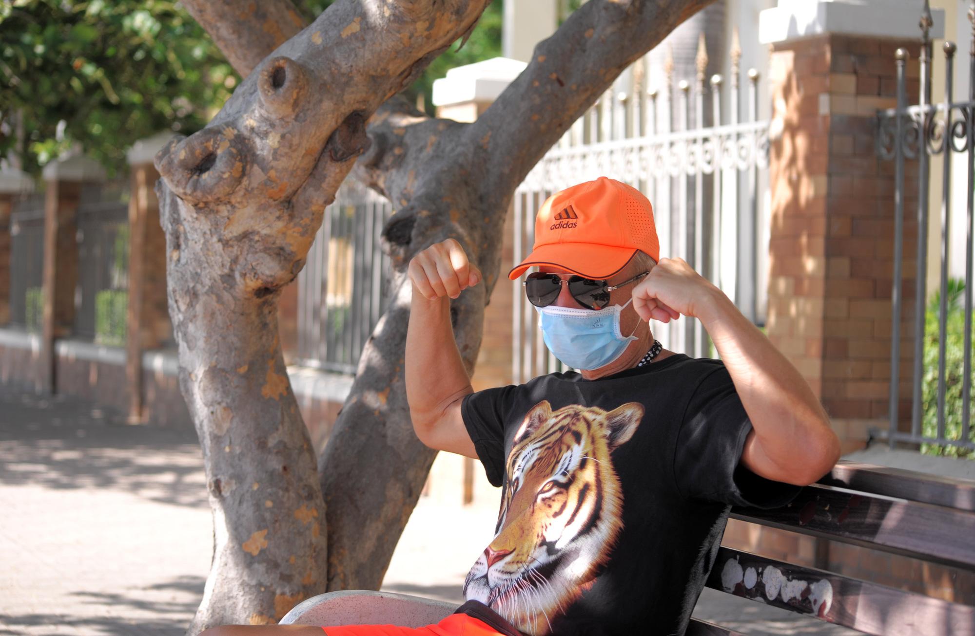 Du khách đeo khẩu trang tập luyện thể thao khi Nha Trang tạm ngừng tắm biển và đóng cửa các điểm vui chơi - Ảnh 11.