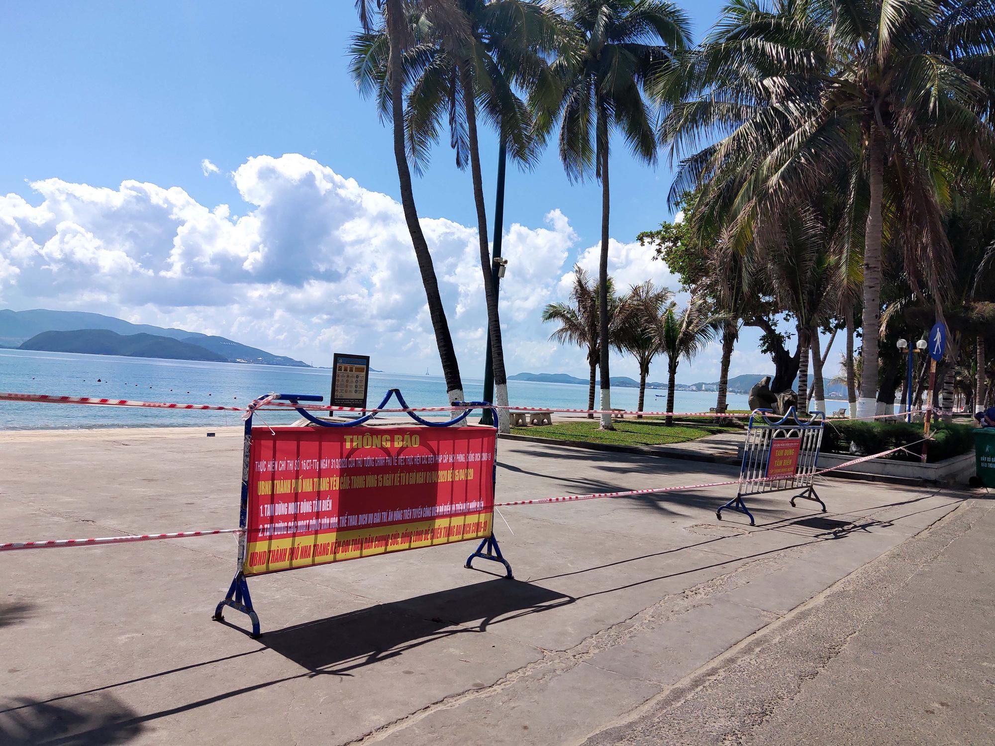 Du khách đeo khẩu trang tập luyện thể thao khi Nha Trang tạm ngừng tắm biển và đóng cửa các điểm vui chơi - Ảnh 2.