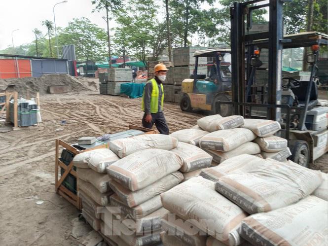'Chống lệnh' Chủ tịch Hà Nội, công trường xây dựng vẫn thi công giữa mùa dịch - Ảnh 2.