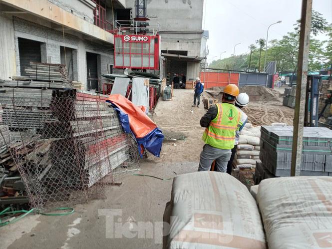 'Chống lệnh' Chủ tịch Hà Nội, công trường xây dựng vẫn thi công giữa mùa dịch - Ảnh 1.
