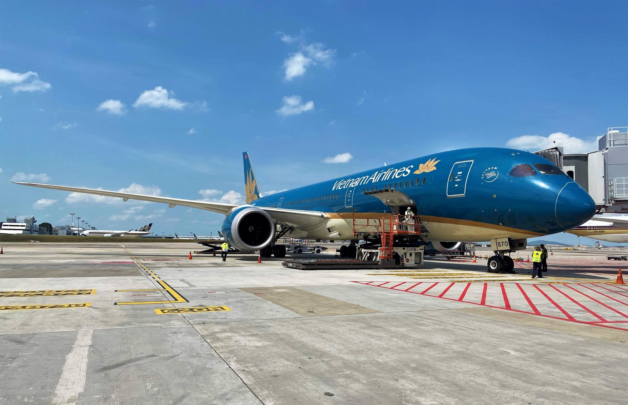 Vietnam Airlines vận chuyển 10 máy thở từ Singapore về Việt Nam - Ảnh 1.