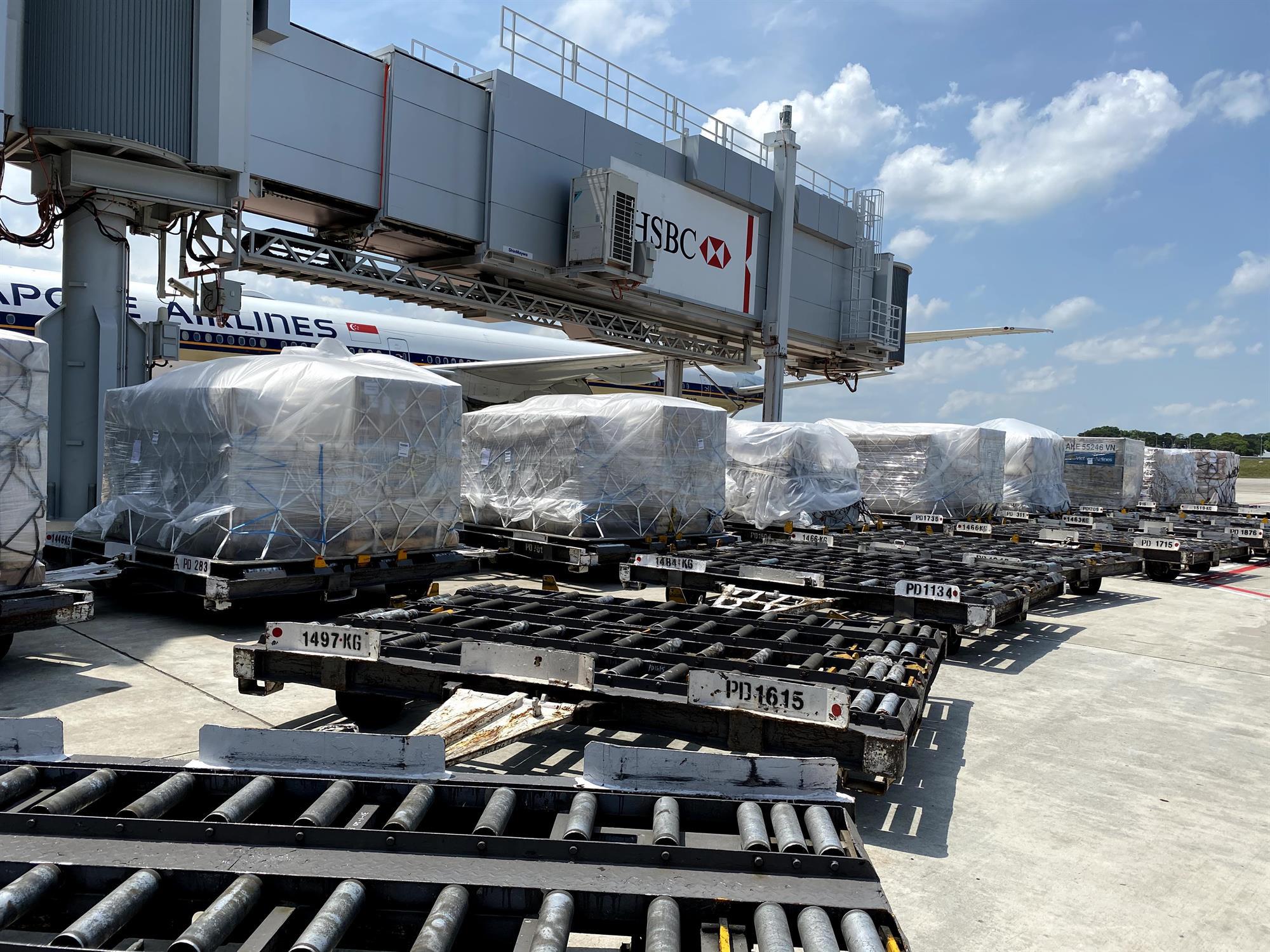 Vietnam Airlines vận chuyển 10 máy thở từ Singapore về Việt Nam - Ảnh 2.