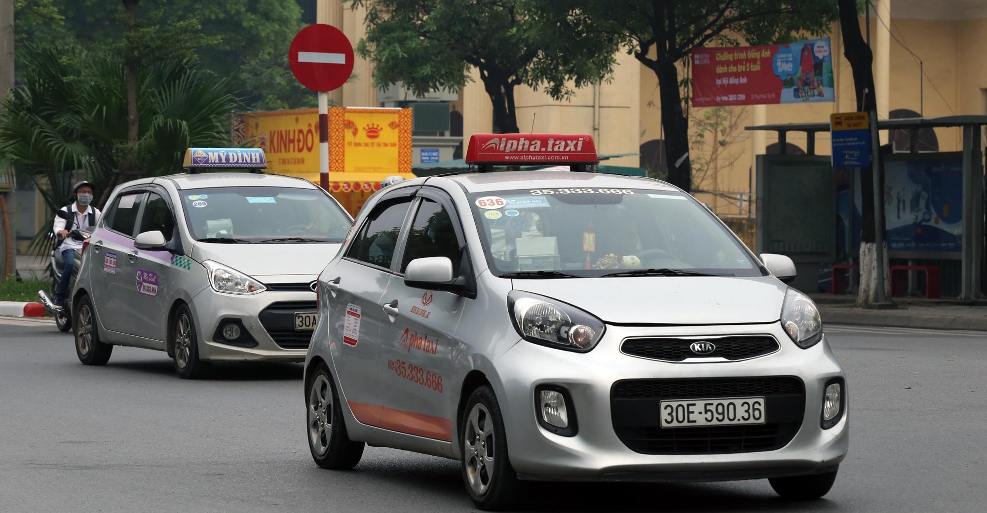 Taxi được vận chuyển hành khách ở ga Hà Nội, sân bay Nội Bài có điều kiện - Ảnh 1.