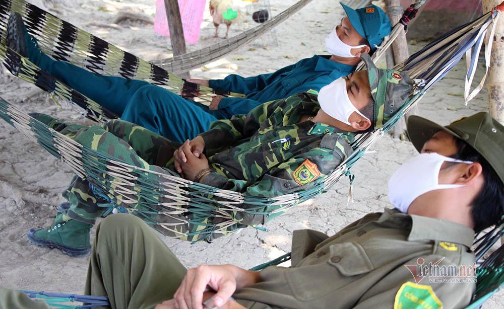 Những người lính bộ đội biên phòng ăn mì gói, ngủ võng ngăn dịch - Ảnh 15.