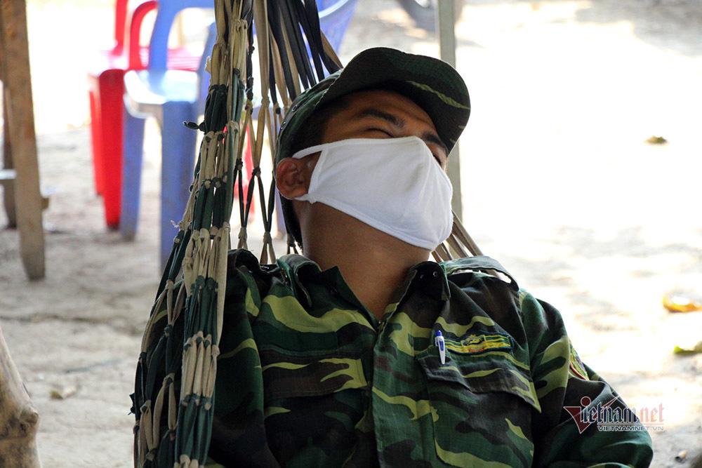 Những người lính bộ đội biên phòng ăn mì gói, ngủ võng ngăn dịch - Ảnh 14.