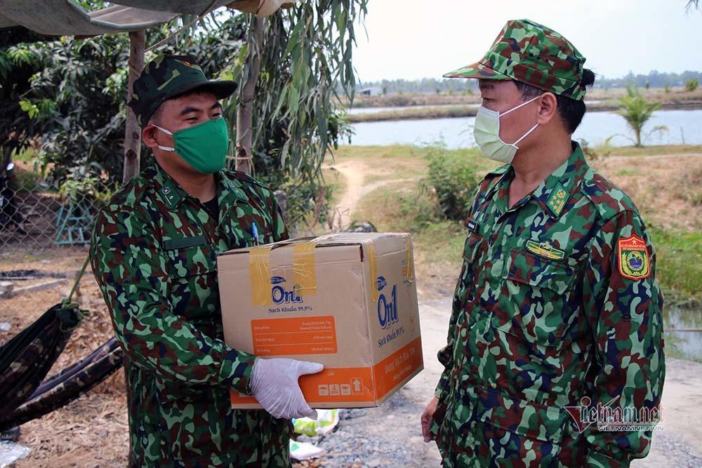 Những người lính bộ đội biên phòng ăn mì gói, ngủ võng ngăn dịch - Ảnh 23.
