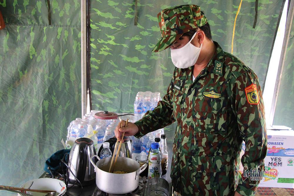 Những người lính bộ đội biên phòng ăn mì gói, ngủ võng ngăn dịch - Ảnh 11.
