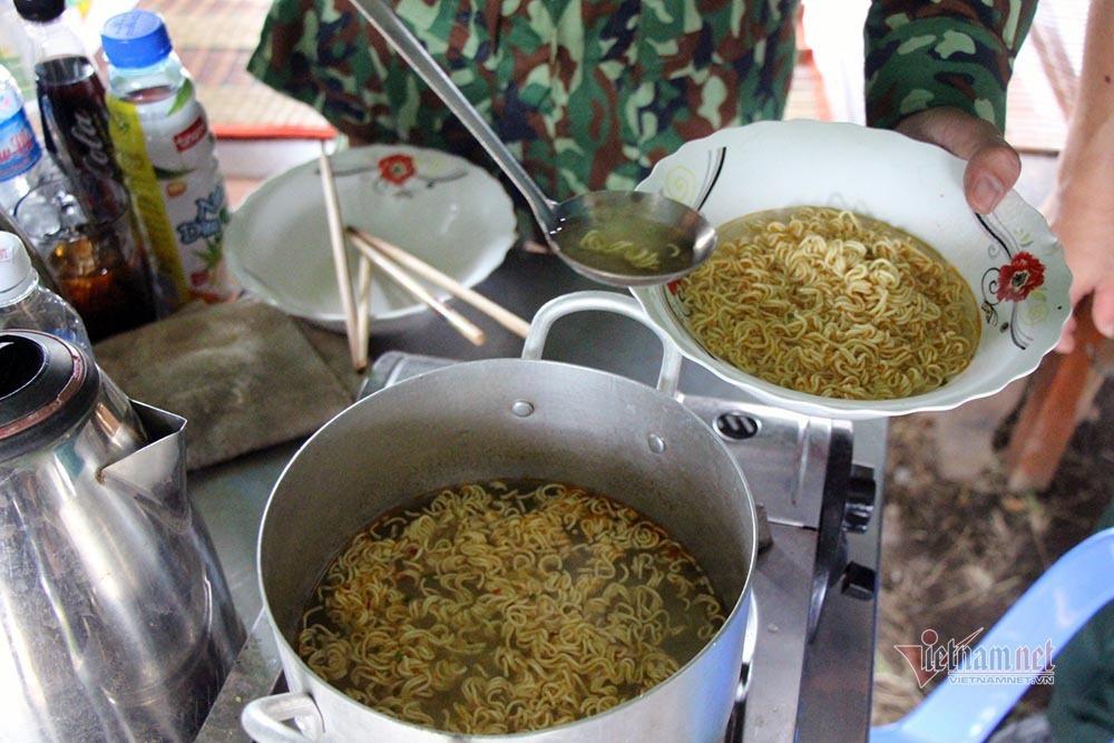 Những người lính bộ đội biên phòng ăn mì gói, ngủ võng ngăn dịch - Ảnh 13.