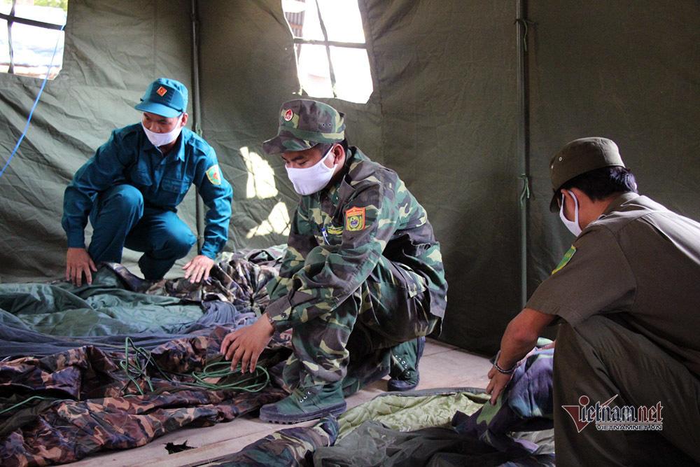 Những người lính bộ đội biên phòng ăn mì gói, ngủ võng ngăn dịch - Ảnh 17.