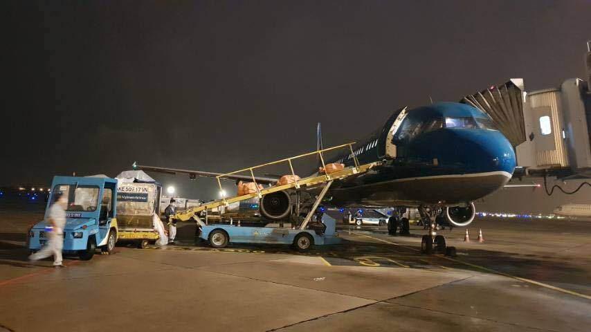 Vietnam Post thuê nguyên chuyến bay Vietnam Airlines chuyển hàng mùa dịch - Ảnh 2.