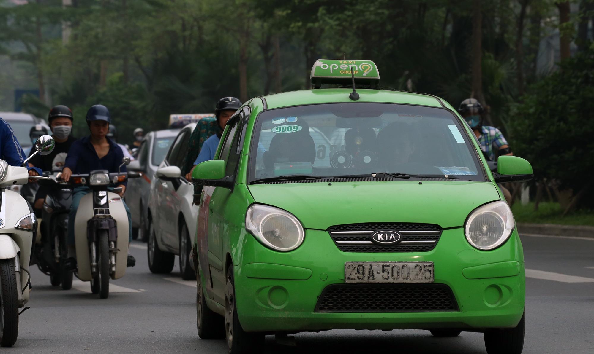 Tạm dừng taxi vận chuyển khách ở sân bay Nội Bài trong thời gian cách li xã hội - Ảnh 1.