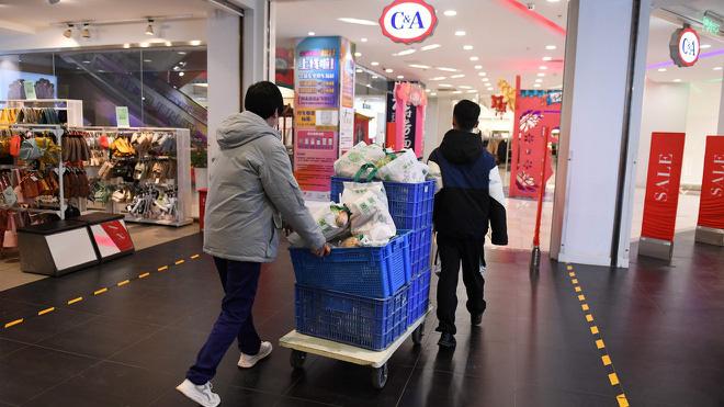Người dân các nước mua sắm ra sao trong thời 'giãn cách xã hội'? - Ảnh 6.