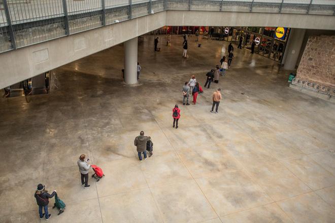 Người dân các nước mua sắm ra sao trong thời 'giãn cách xã hội'? - Ảnh 7.