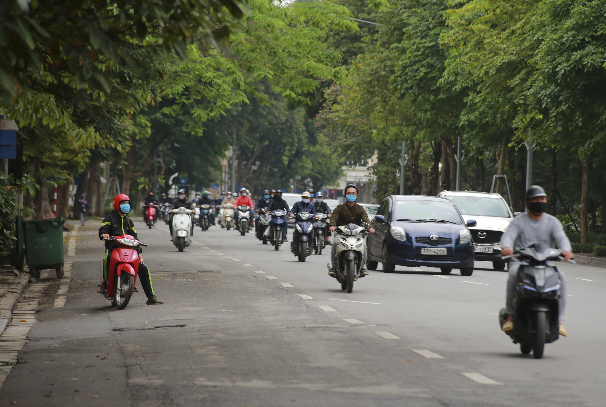 Hà Nội: Hàng trăm người dân đi tập thể dục bị nhắc nhở quay về nhà - Ảnh 2.