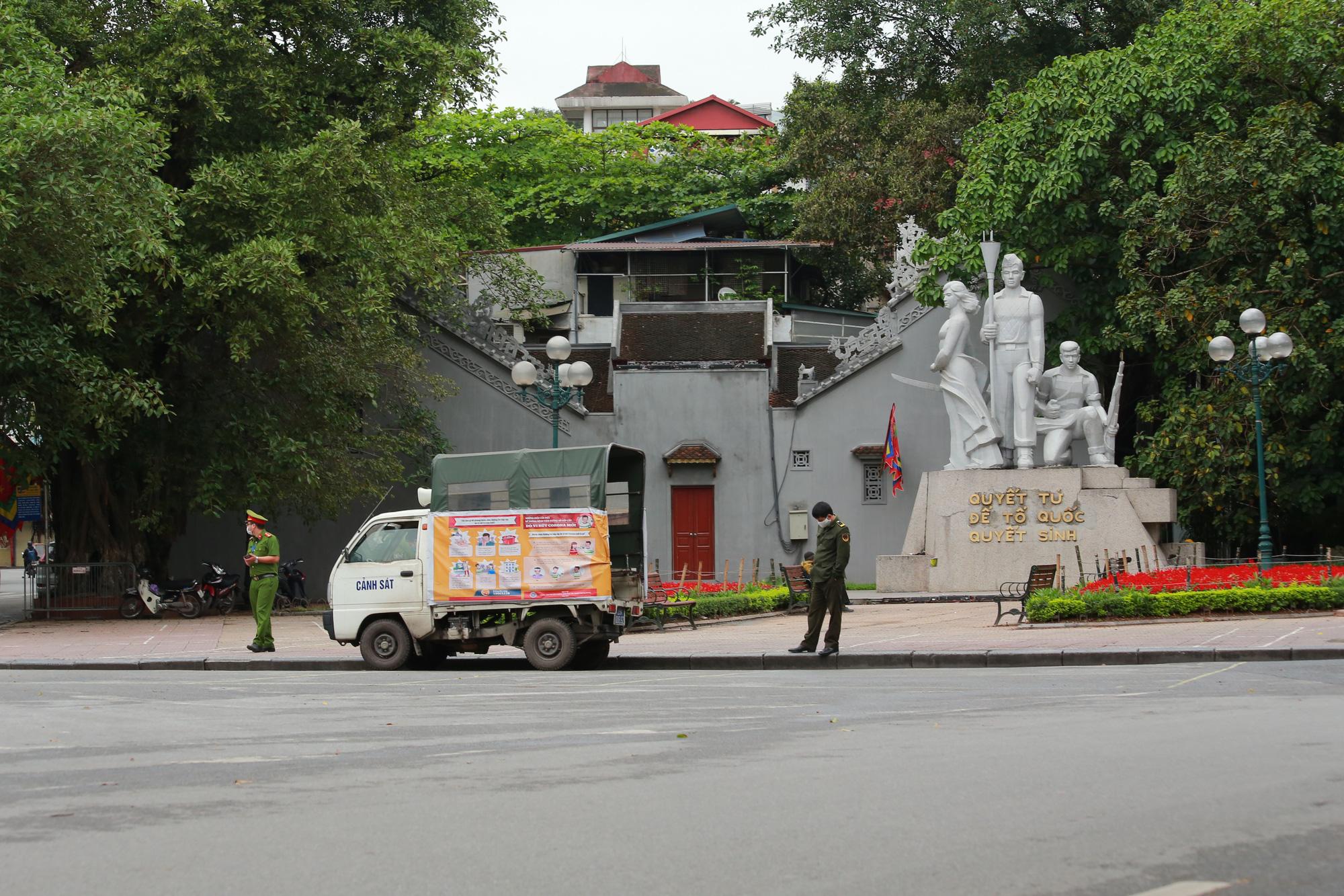 Hà Nội: Hàng trăm người dân đi tập thể dục bị nhắc nhở quay về nhà - Ảnh 8.
