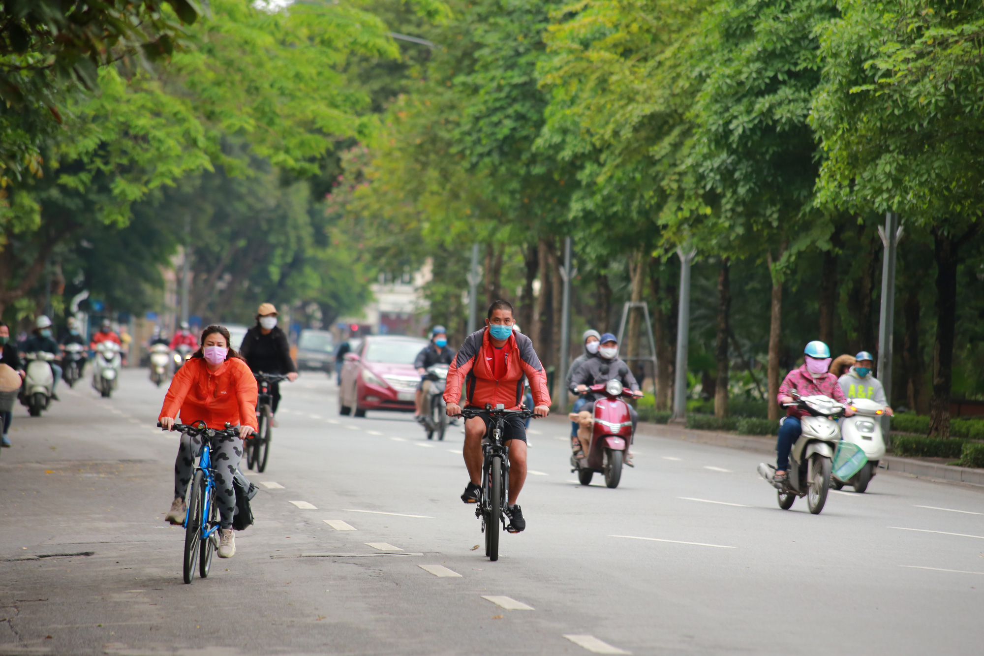 Hà Nội: Hàng trăm người dân đi tập thể dục bị nhắc nhở quay về nhà - Ảnh 12.