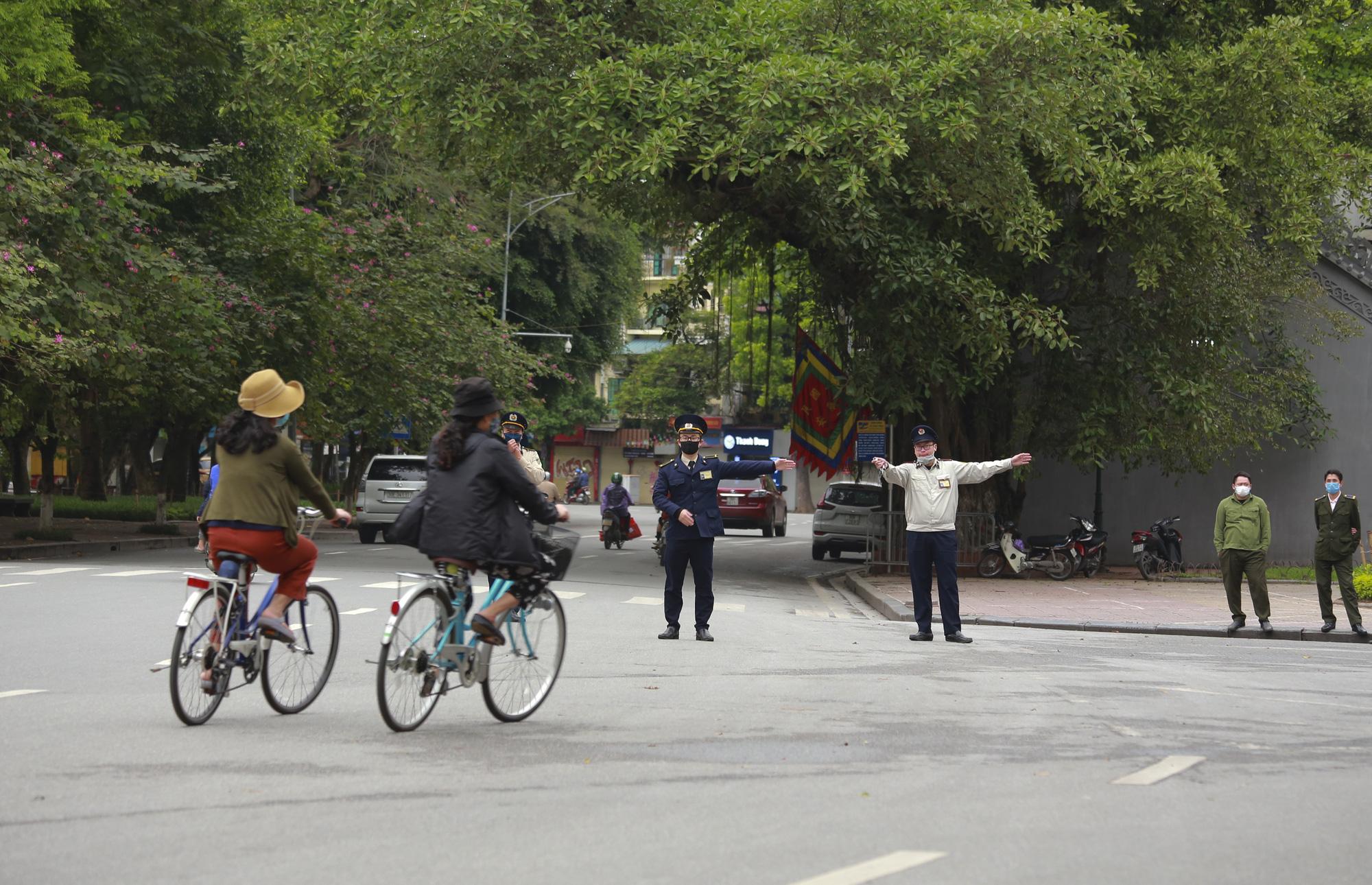 Hà Nội: Hàng trăm người dân đi tập thể dục bị nhắc nhở quay về nhà - Ảnh 6.