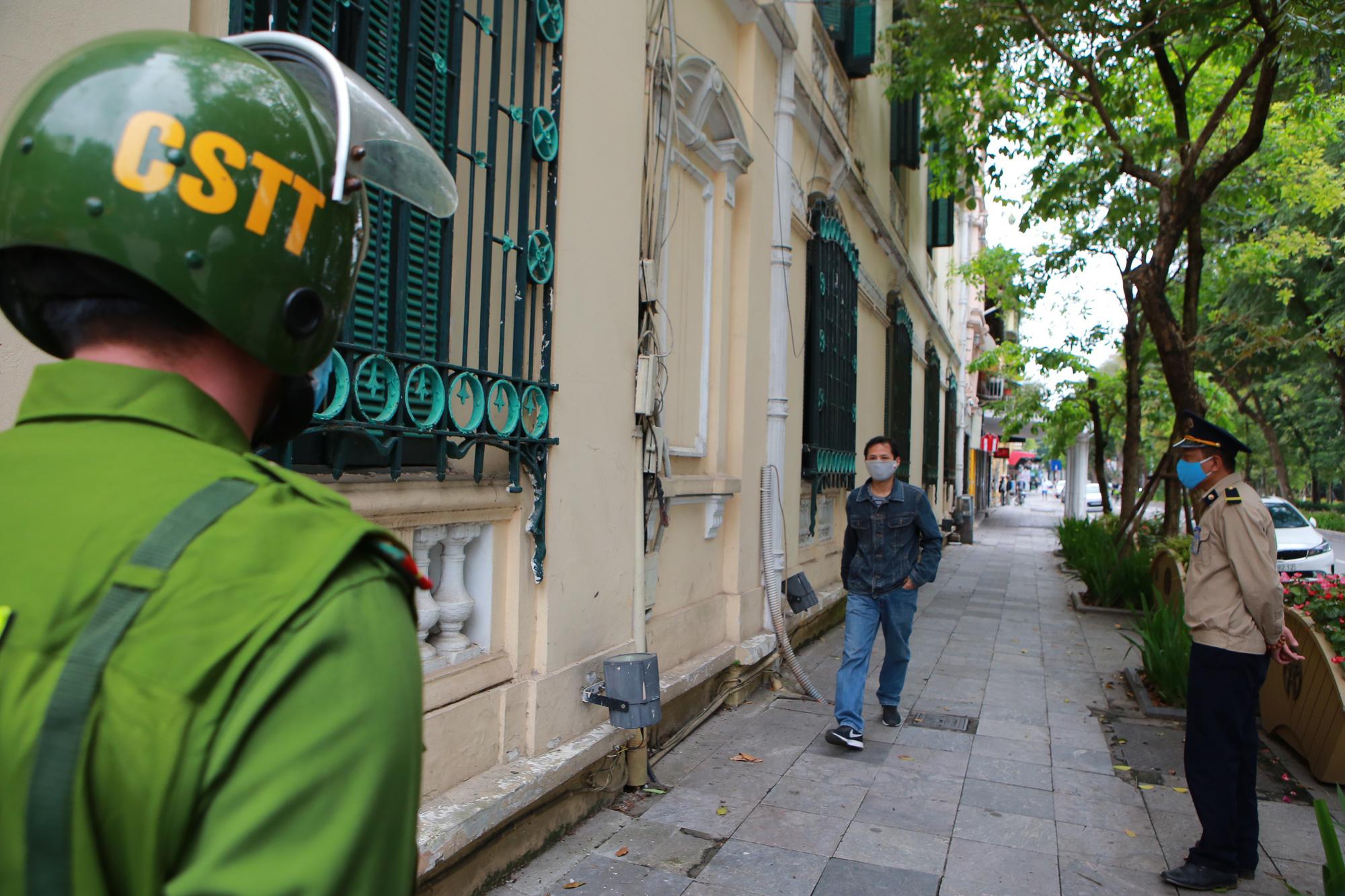 Hà Nội: Hàng trăm người dân đi tập thể dục bị nhắc nhở quay về nhà - Ảnh 5.