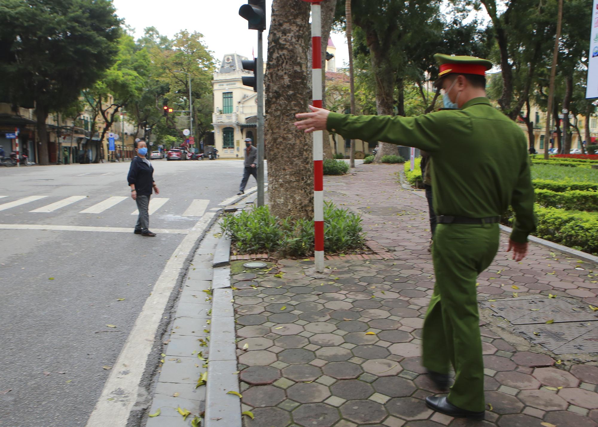 Hà Nội: Hàng trăm người dân đi tập thể dục bị nhắc nhở quay về nhà - Ảnh 7.
