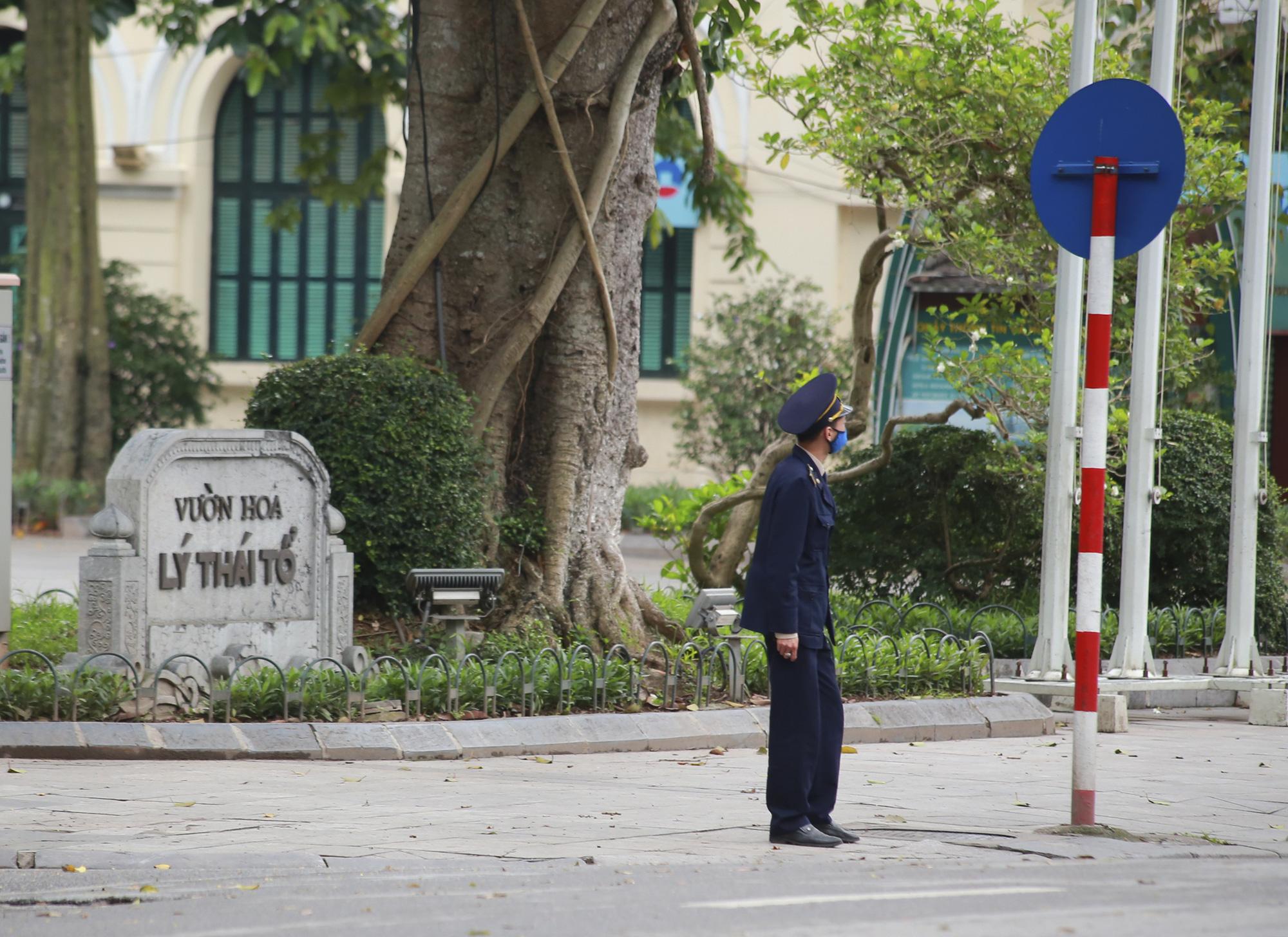 Hà Nội: Hàng trăm người dân đi tập thể dục bị nhắc nhở quay về nhà - Ảnh 9.
