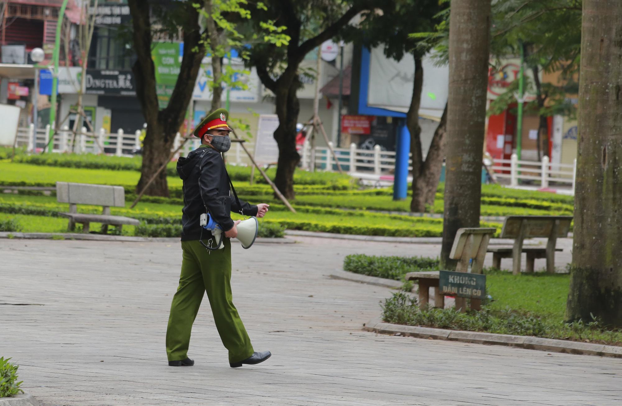Hà Nội: Hàng trăm người dân đi tập thể dục bị nhắc nhở quay về nhà - Ảnh 10.