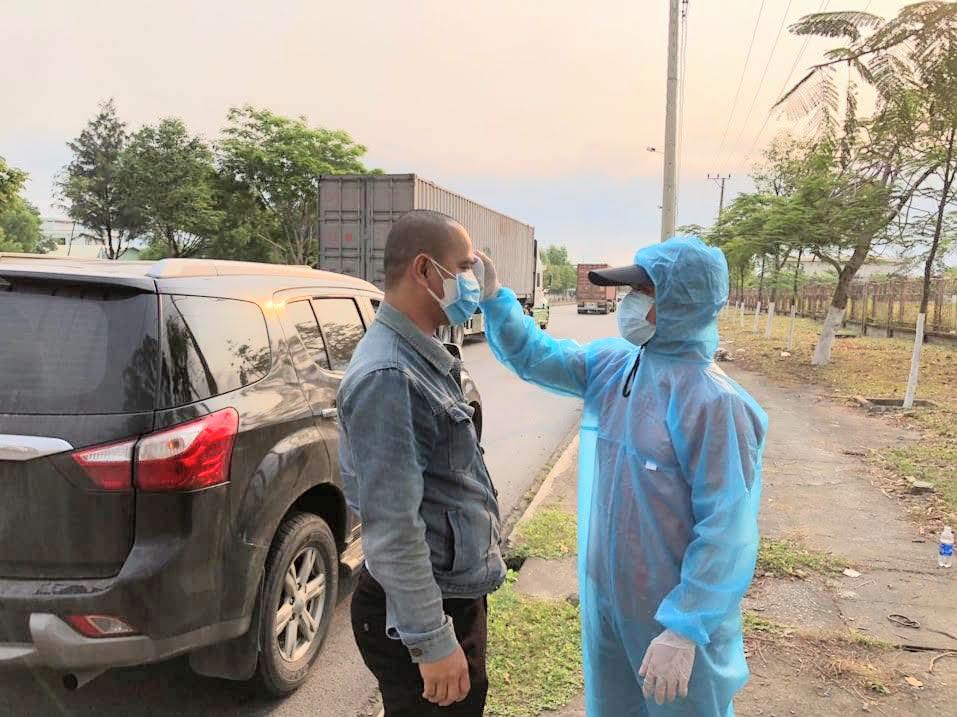 Kiểm tra y tế người ra vào TP Đà Nẵng. (Ảnh: Chu Lai).