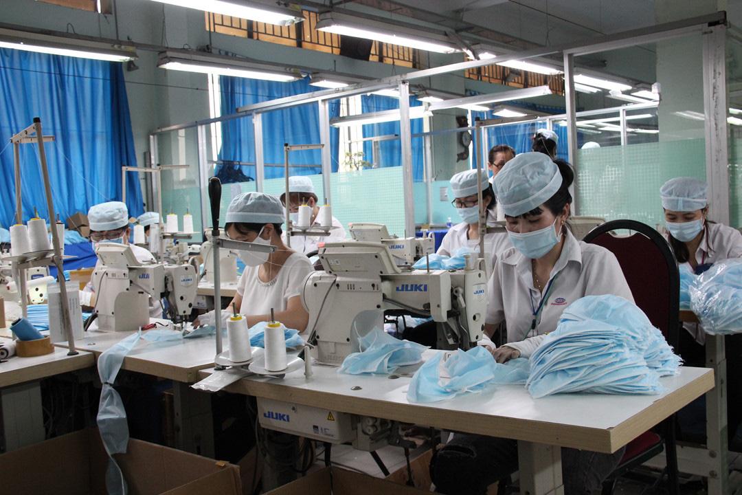 TP HCM sẽ đóng cửa xí nghiệp có nguy cơ cao lây nhiễm Covid-19, Công ty Pouyuen hơn 62.000 công nhân nhưng có người không đeo khẩu trang - Ảnh 2.