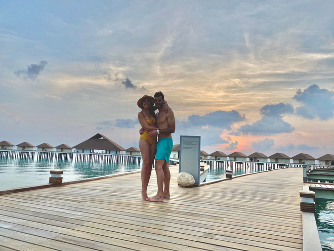 Đi du lịch giữa mùa dịch, cặp vợ chồng trẻ bị mắc kẹt tại Maldives - Ảnh 1.