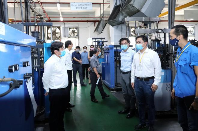 TP HCM sẽ đóng cửa xí nghiệp có nguy cơ cao lây nhiễm Covid-19, Công ty Pouyuen hơn 62.000 công nhân nhưng có người không đeo khẩu trang - Ảnh 1.