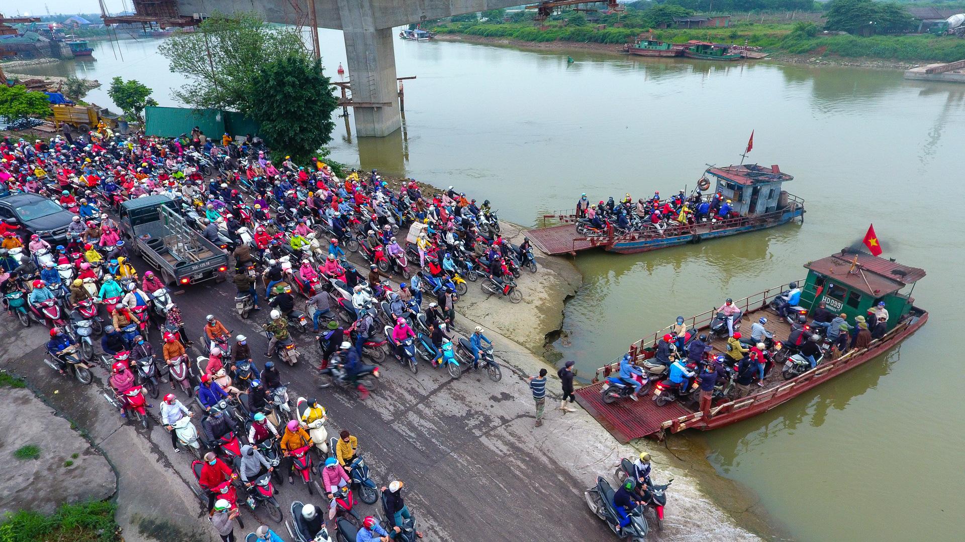 Hải Dương: Hàng ngàn người ùn ùn đợi đò giữa thời dịch Covid-19 - Ảnh 7.