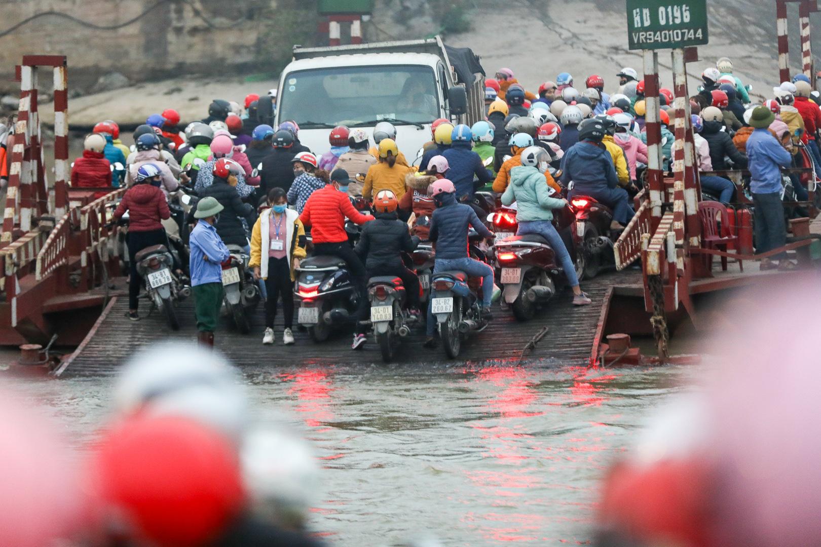 Hải Dương: Hàng ngàn người ùn ùn đợi đò giữa thời dịch Covid-19 - Ảnh 6.