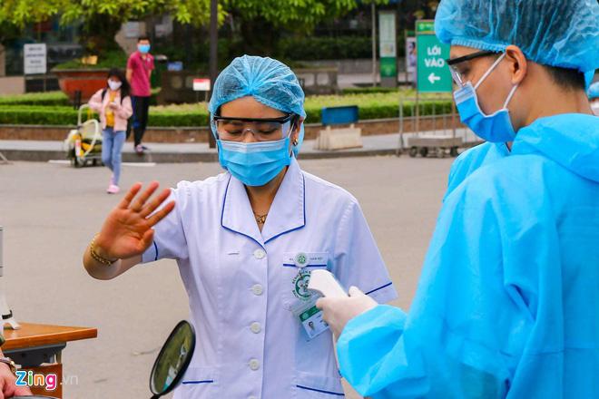Bệnh nhân 243 tiếp xúc gần 104 người, 2 trường hợp dương tính lần 1 - Ảnh 1.