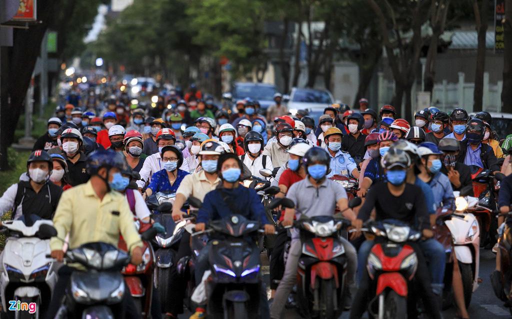 Đường phố TP HCM đông đúc trong thời gian cách li toàn xã hội - Ảnh 8.