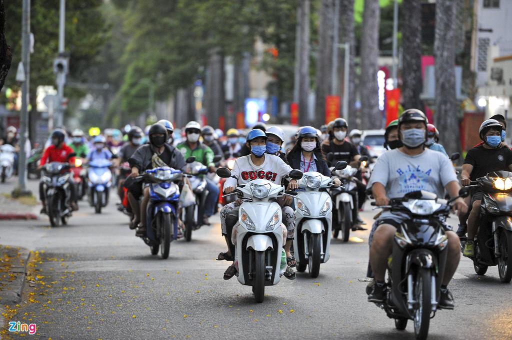 Đường phố TP HCM đông đúc trong thời gian cách li toàn xã hội - Ảnh 6.
