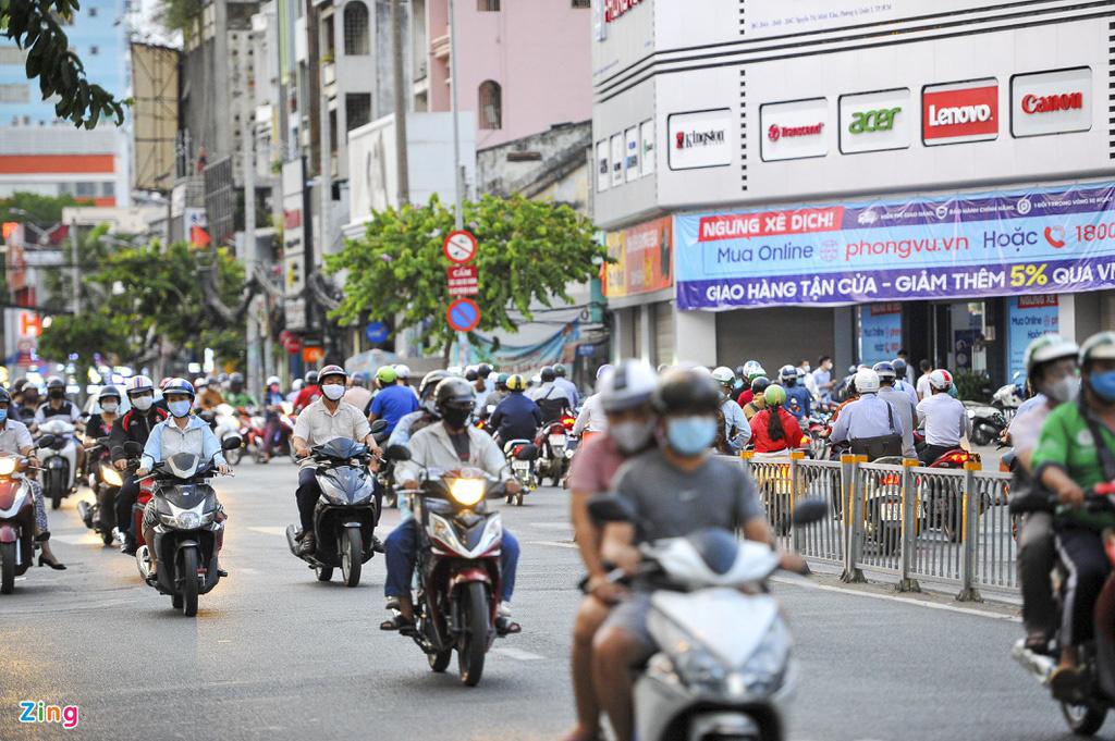 Đường phố TP HCM đông đúc trong thời gian cách li toàn xã hội - Ảnh 7.