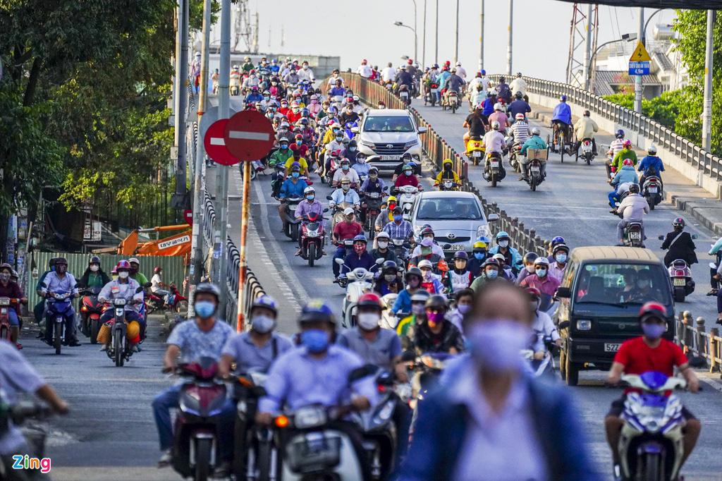 Đường phố TP HCM đông đúc trong thời gian cách li toàn xã hội - Ảnh 2.