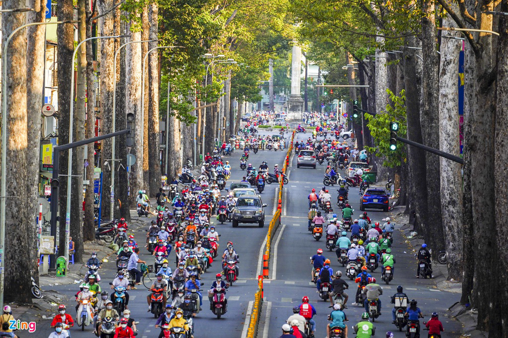 Đường phố TP HCM đông đúc trong thời gian cách li toàn xã hội - Ảnh 1.