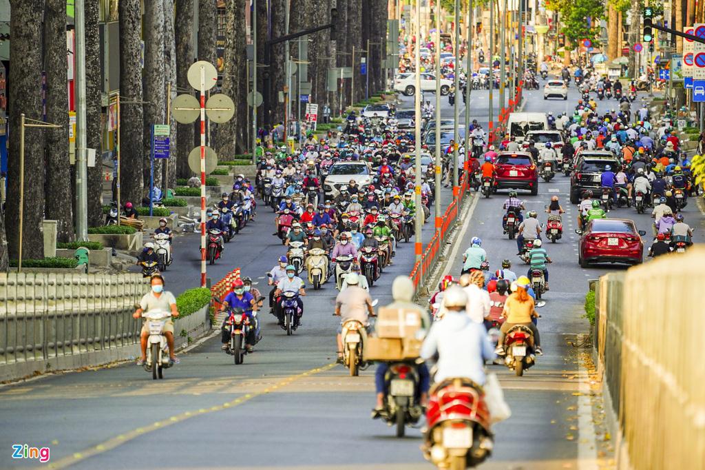 Đường phố TP HCM đông đúc trong thời gian cách li toàn xã hội - Ảnh 4.