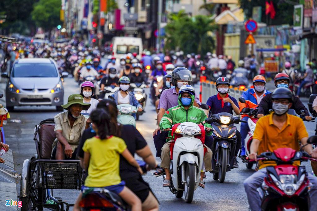 Đường phố TP HCM đông đúc trong thời gian cách li toàn xã hội - Ảnh 3.