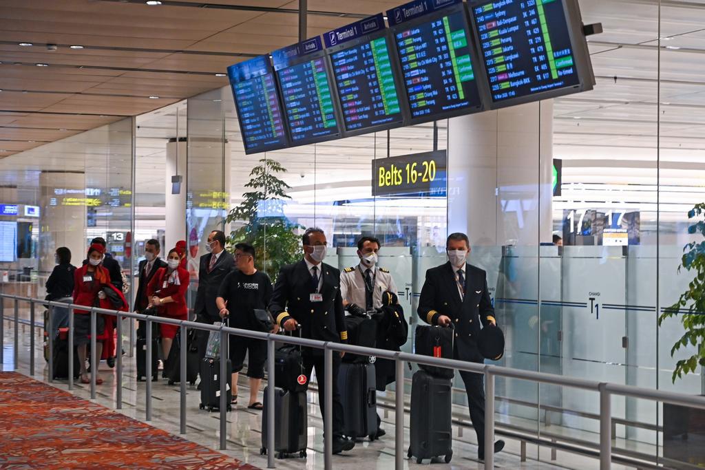 Cắt giảm nhiều chuyến bay, một số tiếp viên hàng không phải kiếm việc làm thêm để có thu nhập - Ảnh 1.