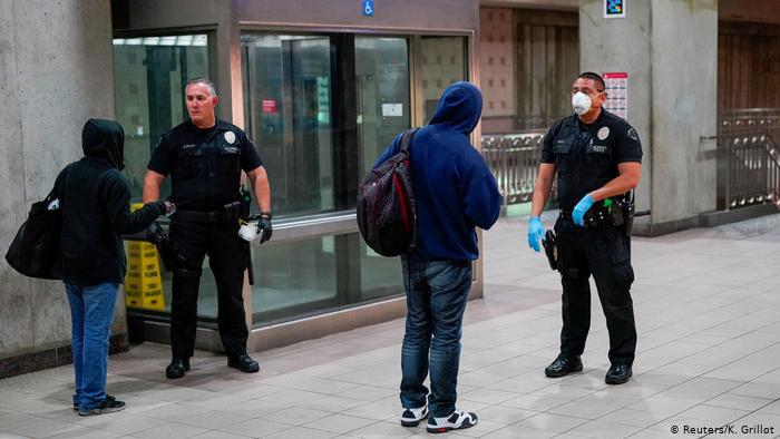 Hình ảnh: Cách phạt người dân không tuân thủ lệnh phong toả trên toàn thế giới - Ảnh 10.