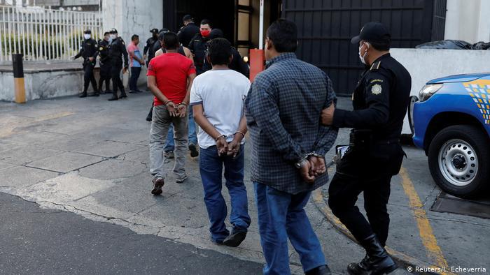 Hình ảnh: Cách phạt người dân không tuân thủ lệnh phong toả trên toàn thế giới - Ảnh 9.