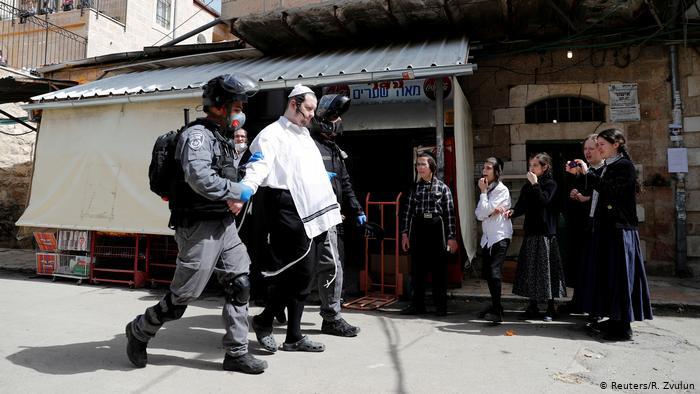 Hình ảnh: Cách phạt người dân không tuân thủ lệnh phong toả trên toàn thế giới - Ảnh 8.